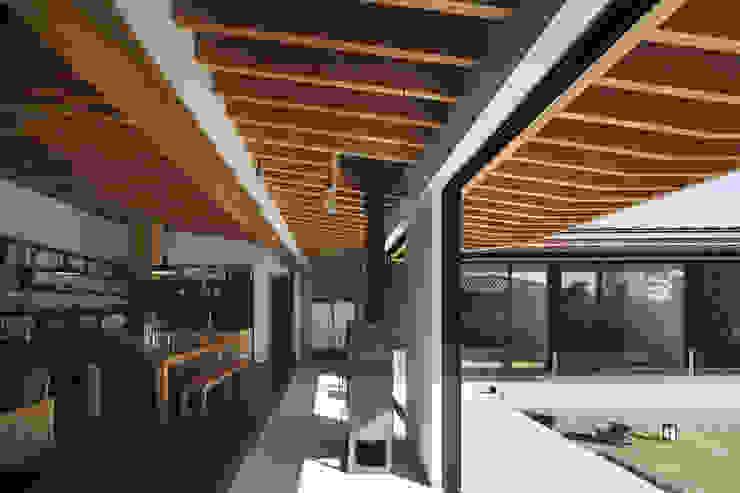 根來宏典建築研究所 ห้องโถงทางเดินและบันไดสมัยใหม่ หิน Wood effect