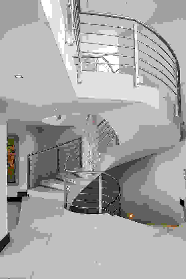 Residence Naidoo Modern Corridor, Hallway and Staircase by FRANCOIS MARAIS ARCHITECTS Modern