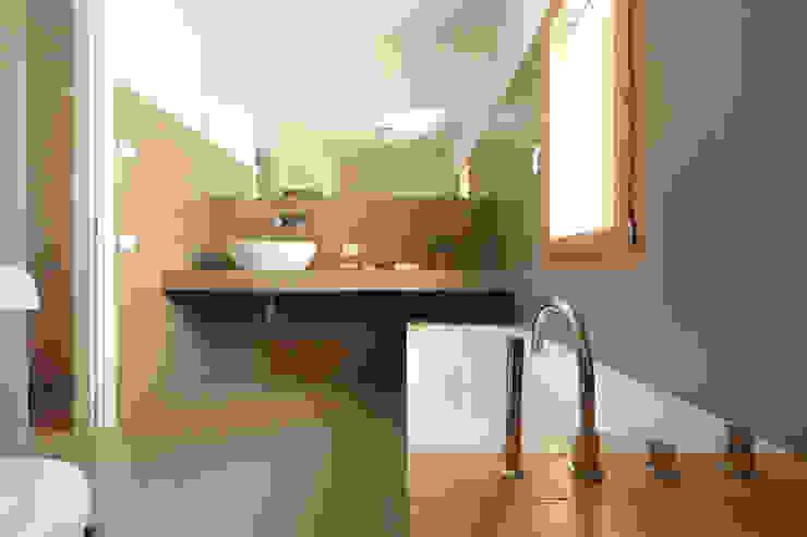Minimalist style bathroom by ALDENA Minimalist