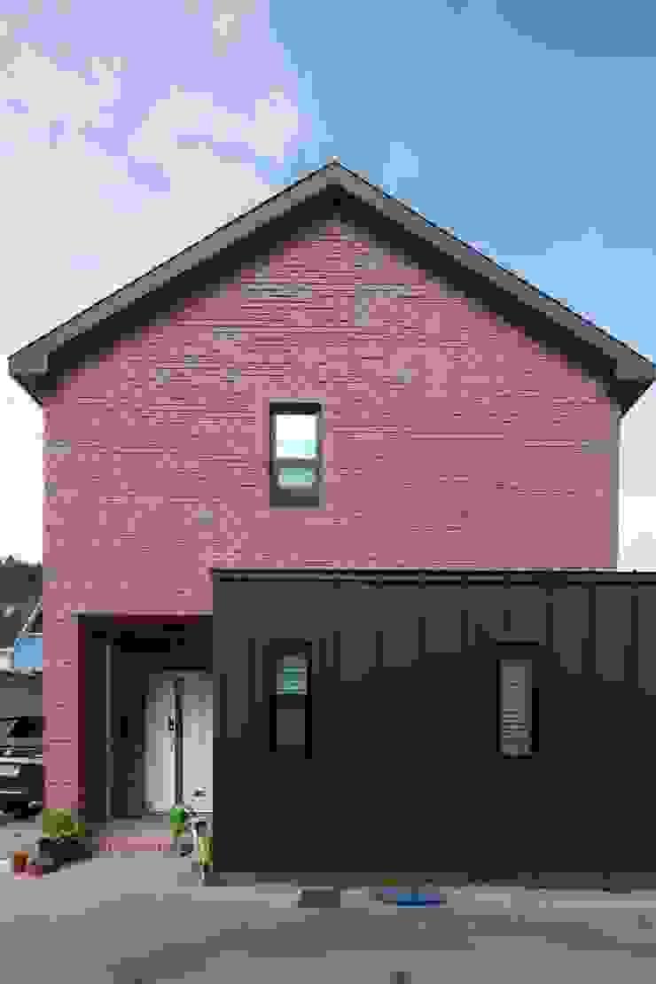측면 (현관부) 아시아스타일 주택 by 위드하임 한옥 벽돌