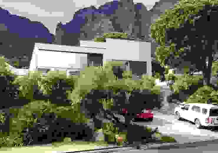 Camps Bay Verge Mediterranean style garden by Red Daffodil Mediterranean