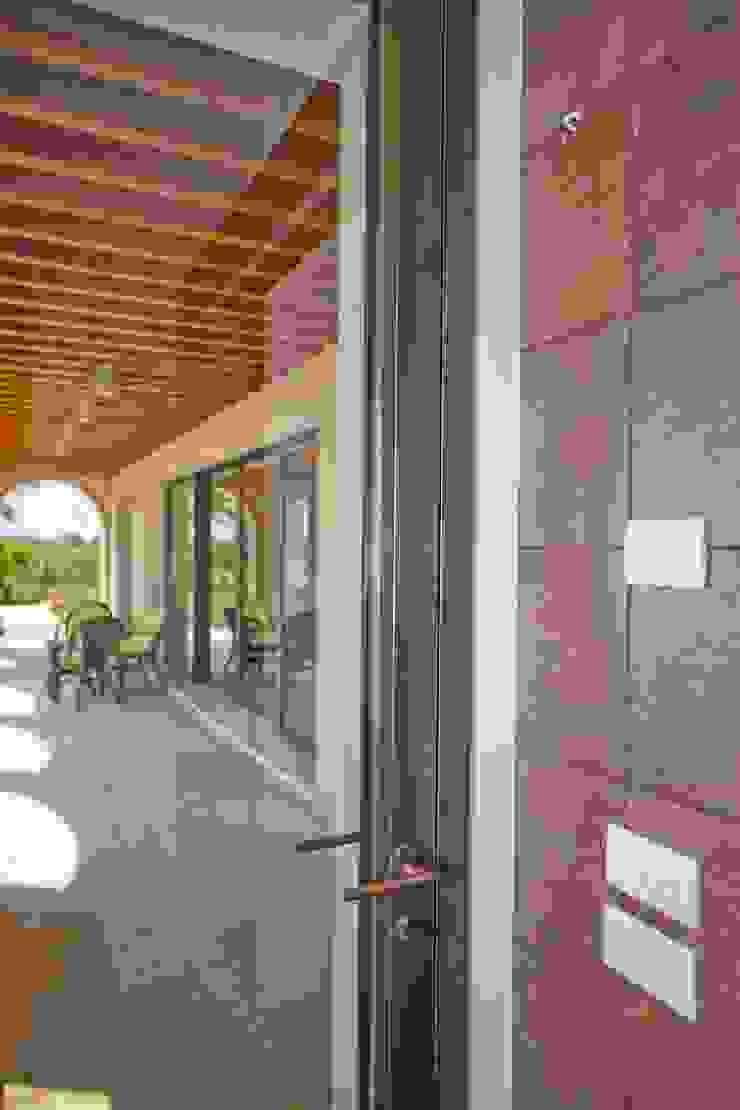 Puertas y ventanas de estilo minimalista de ALDENA Minimalista Cobre/Bronce/Latón