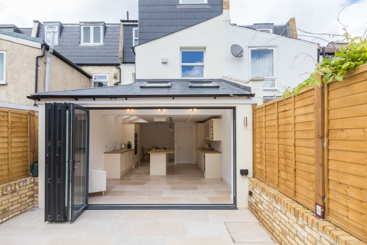 New Home Before Wedding. Wimbledon, SW19 Modern balcony, veranda & terrace by TOTUS Modern