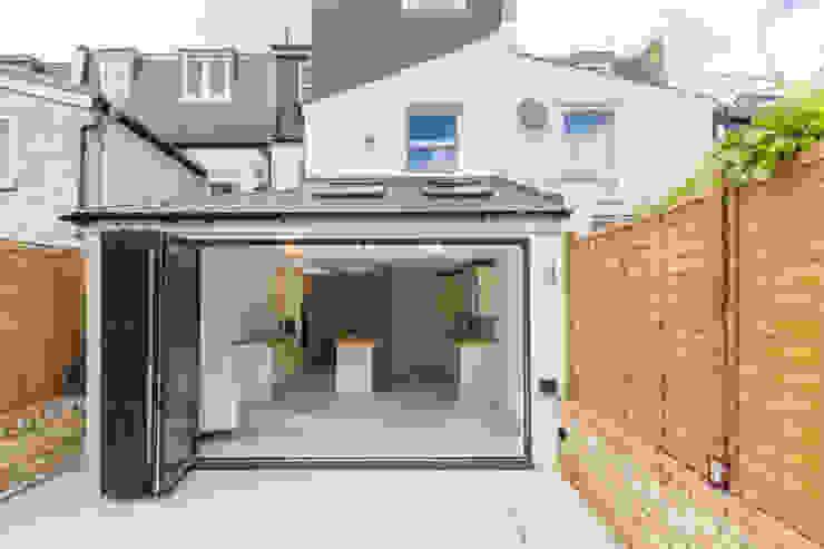 New Home Before Wedding. Wimbledon, SW19 Balcon, Veranda & Terrasse modernes par TOTUS Moderne