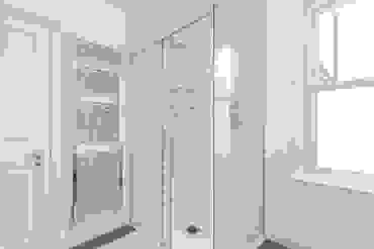 New Home Before Wedding. Wimbledon, SW19 Salle de bain moderne par TOTUS Moderne