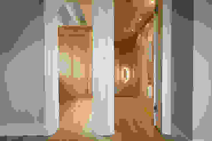 SALLIER WOHNEN SYLT Modern Corridor, Hallway and Staircase Solid Wood Beige