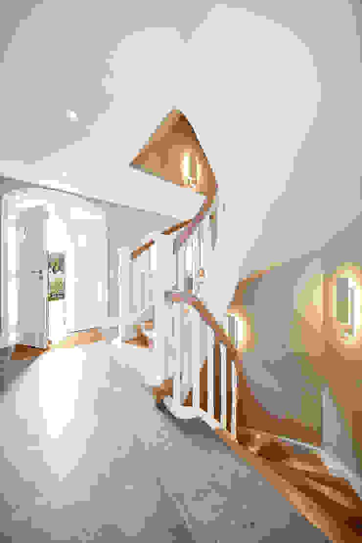 SALLIER WOHNEN SYLT Modern Corridor, Hallway and Staircase Sandstone Beige