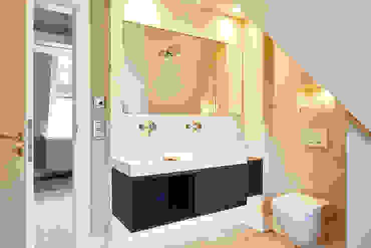 Haus auf Sylt:  Badezimmer von SALLIER WOHNEN SYLT,Modern Sandstein