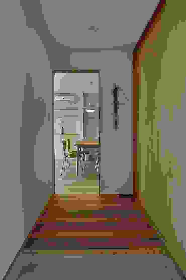 Minimalist corridor, hallway & stairs by toki Architect design office Minimalist