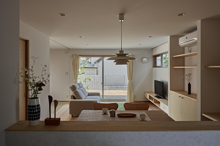 Minimalist living room by toki Architect design office Minimalist