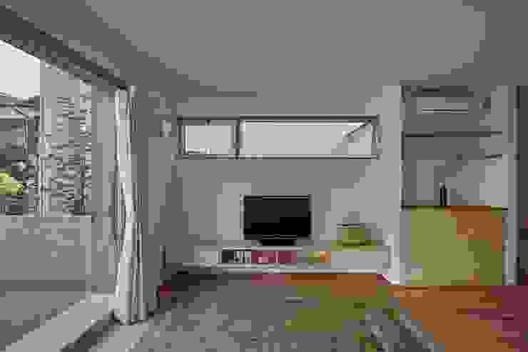 Phòng khách phong cách tối giản bởi toki Architect design office Tối giản