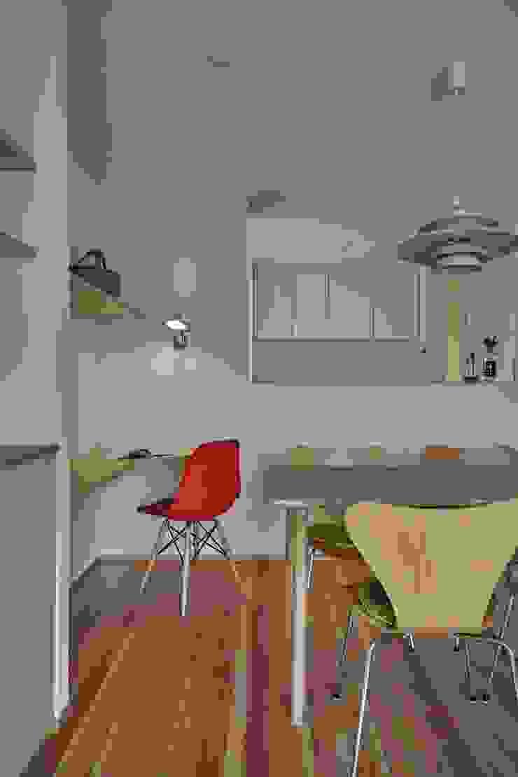 Minimalist dining room by toki Architect design office Minimalist