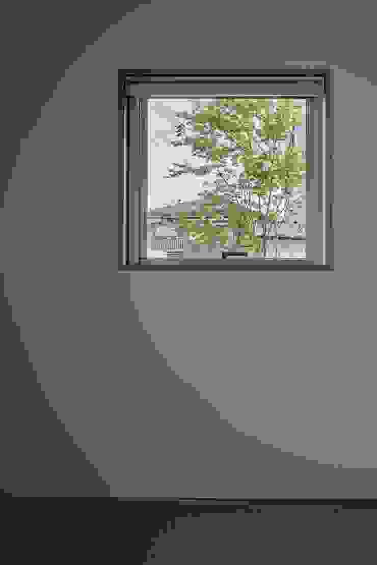 Puertas y ventanas de estilo minimalista de toki Architect design office Minimalista