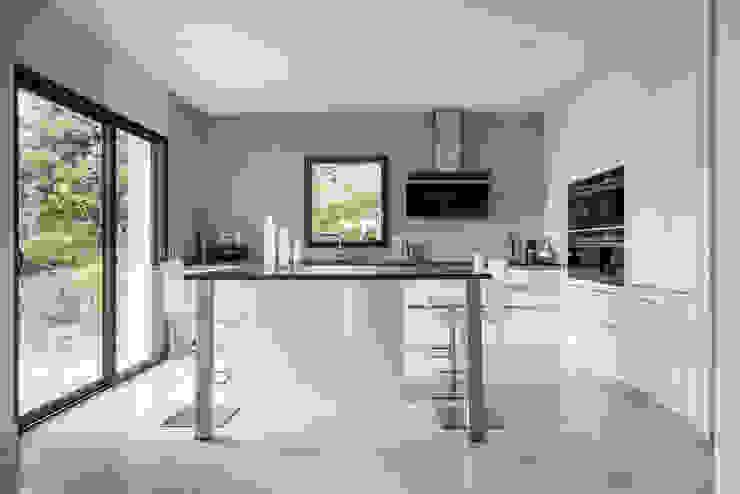 Cuisine SieMatic moderne en laque blanche avec un îlot central à Rennes Cuisine minimaliste par IDKREA Minimaliste