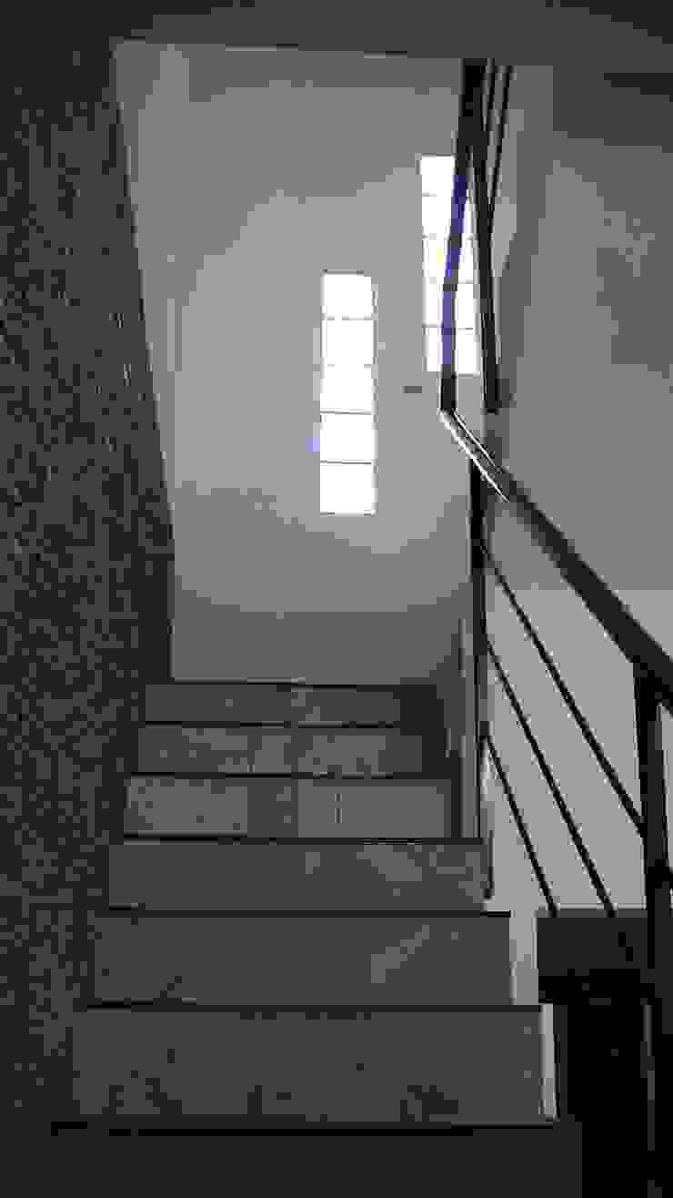 Vivienda Sustentable en Castelar Pasillos, vestíbulos y escaleras minimalistas de Alvarez Farabello Arquitectos Minimalista