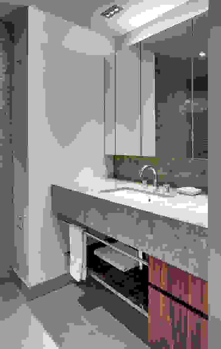 Moderne badkamers van Lilian H. Weinreich Architects Modern