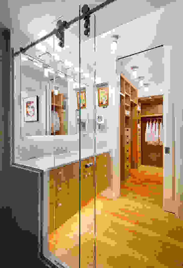 Master Bathroom looking towards to Dressing Area Modern Bathroom by Lilian H. Weinreich Architects Modern Bamboo Green
