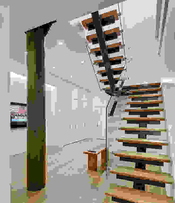 Duplex Floating Stairs Modern Corridor, Hallway and Staircase by Lilian H. Weinreich Architects Modern