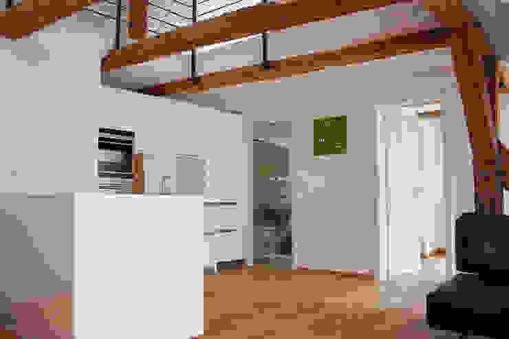 plusEnergieArchitektur Cocinas de estilo rústico