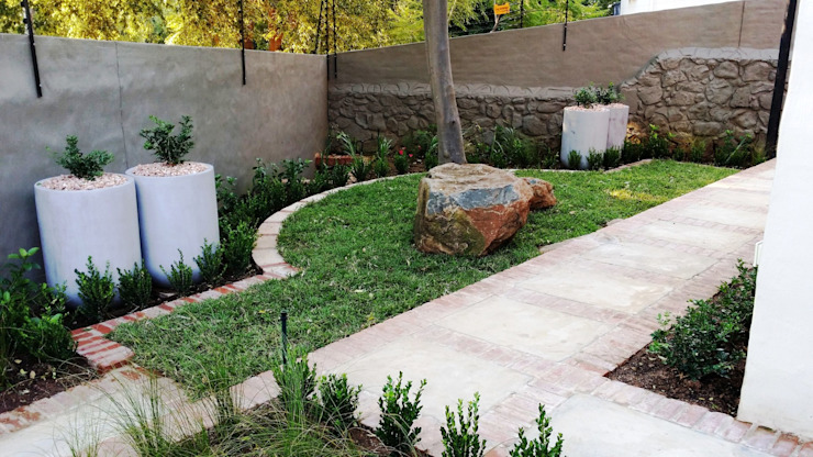 Modern Walls and Floors by Gorgeous Gardens Modern