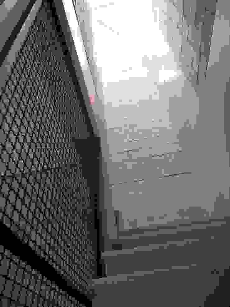 Metamorfose Arquitetura e Urbanismo Pasillos, vestíbulos y escaleras de estilo rústico