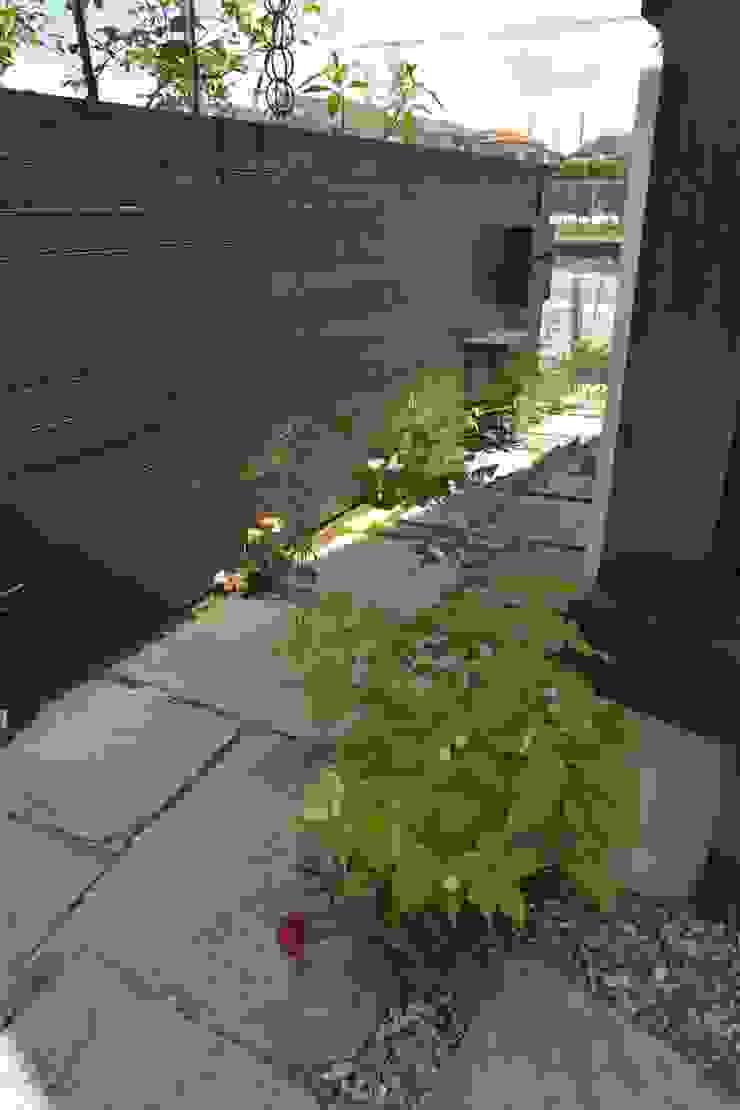 T's Garden Square Co.,Ltd. Casas de estilo asiático Piedra Acabado en madera