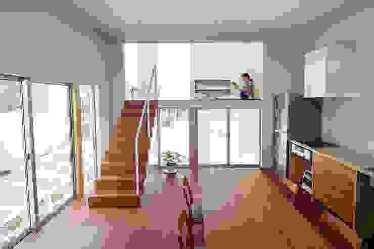住居と園庭 モダンデザインの リビング の 松浦荘太建築設計事務所 モダン