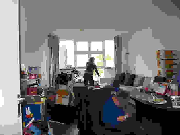 Voor: Donkere woon/eetkamer vol met spullen Moderne woonkamers van Aileen Martinia interior design - Amsterdam Modern Hout Hout
