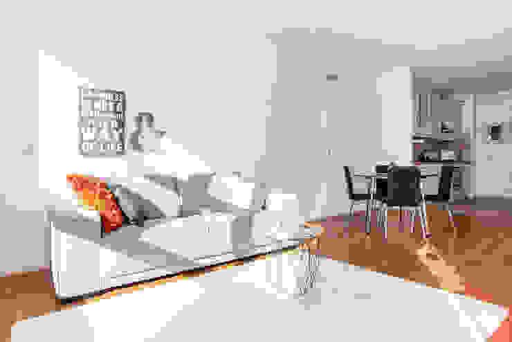 Harmonie in grijs, antraciet en oranje Scandinavische woonkamers van Aileen Martinia interior design - Amsterdam Scandinavisch Glas