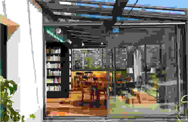 Maison au piano noir Balcon, Veranda & Terrasse modernes par Agence d'architecture intérieure Laurence Faure Moderne