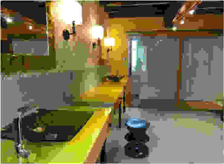 Maison au piano noir Salle de bain moderne par Agence d'architecture intérieure Laurence Faure Moderne