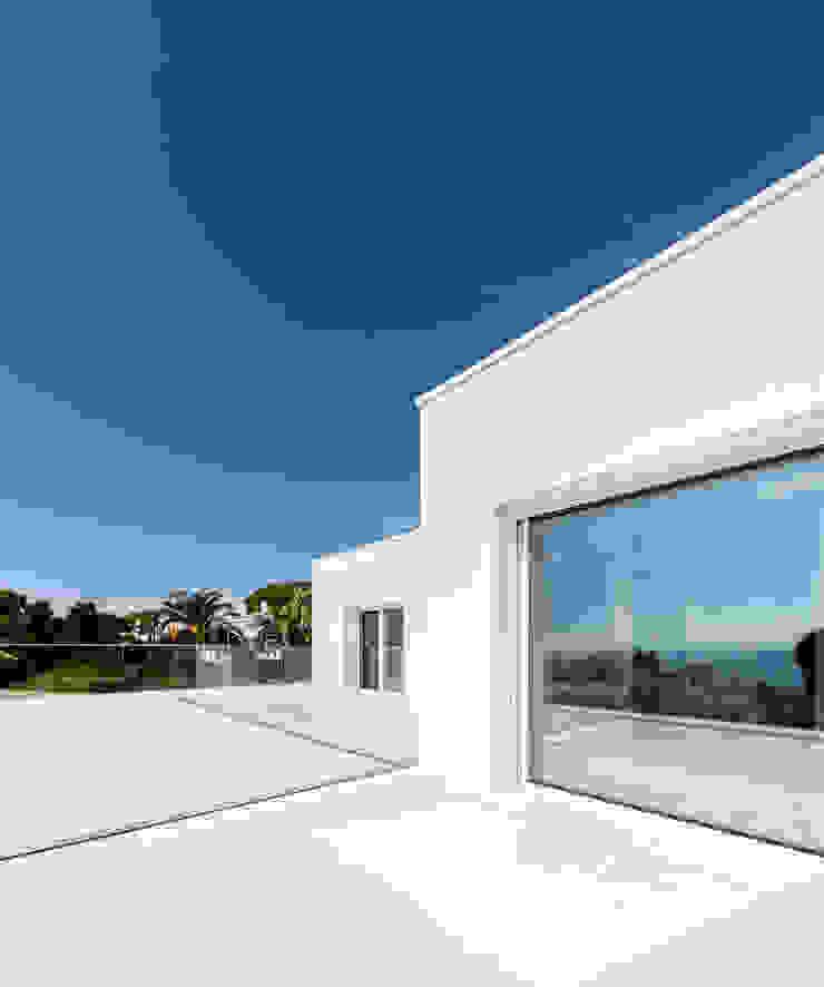 Herrero House Balcon, Veranda & Terrasse méditerranéens par 08023 Architects Méditerranéen