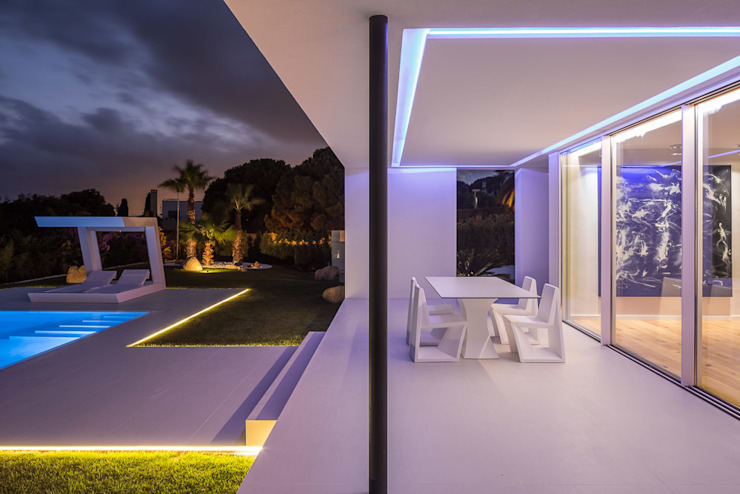 Herrero House - Porch at night Balcones y terrazas de estilo moderno de 08023 Architects Moderno