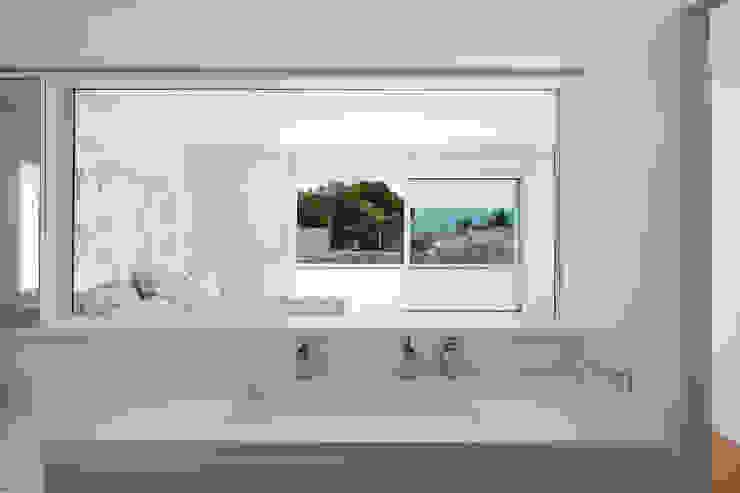 Herrero House Casas de banho mediterrânicas por 08023 Architects Mediterrânico