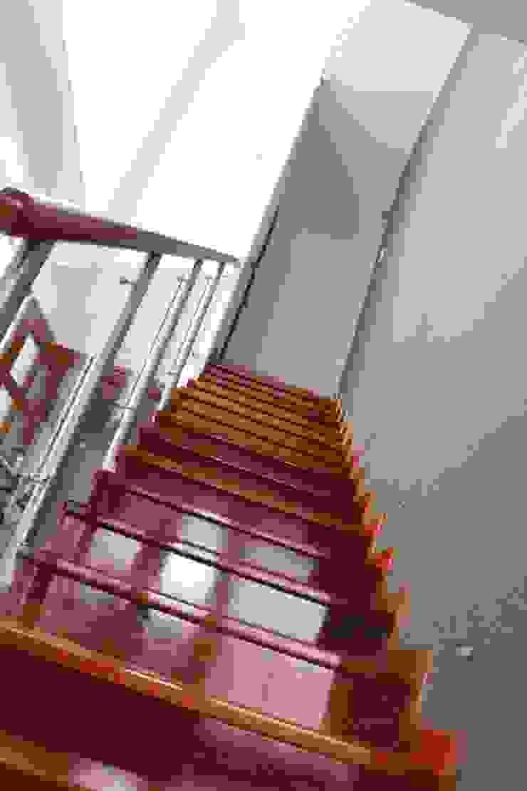 Escalera enchapada en madera Pasillos, vestíbulos y escaleras minimalistas de Soluciones Técnicas y de Arquitectura Minimalista Madera Acabado en madera