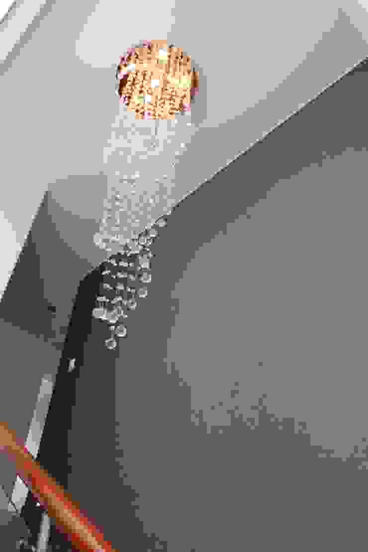 Lampára colgante de escalera Pasillos, halls y escaleras minimalistas de Soluciones Técnicas y de Arquitectura Minimalista Vidrio