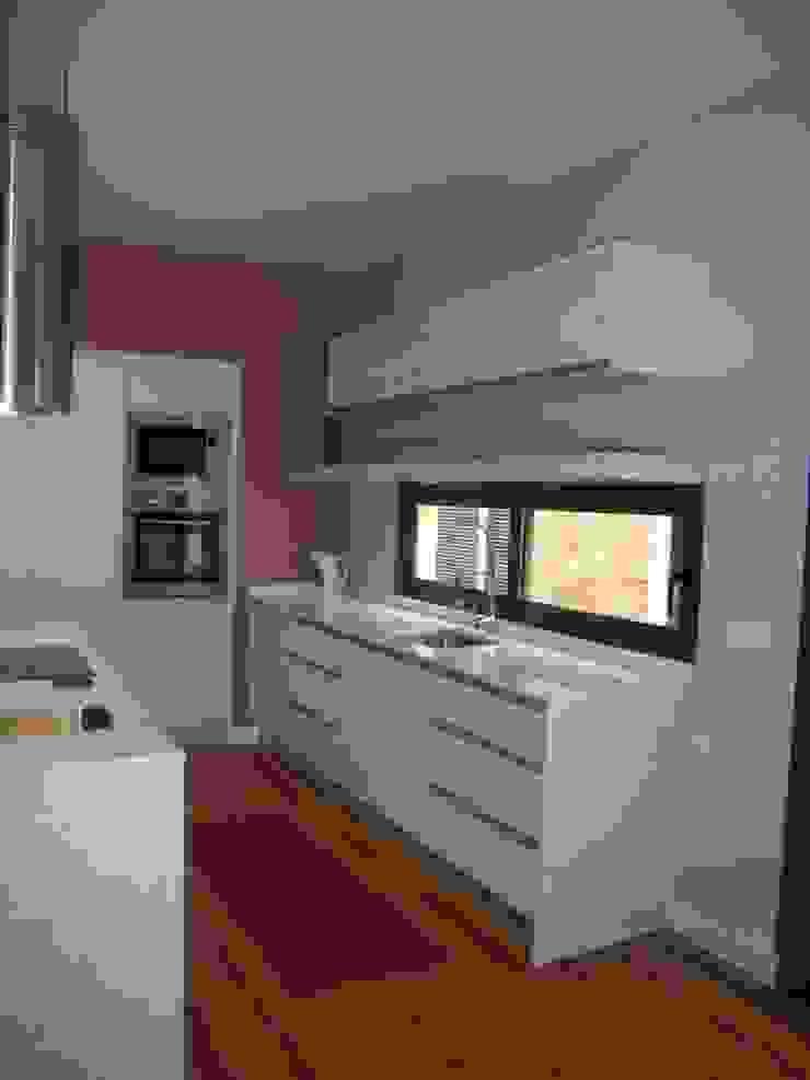 Mobiliário de cozinha por IRMÃOS LEÇA DE FREITAS, LDA Moderno