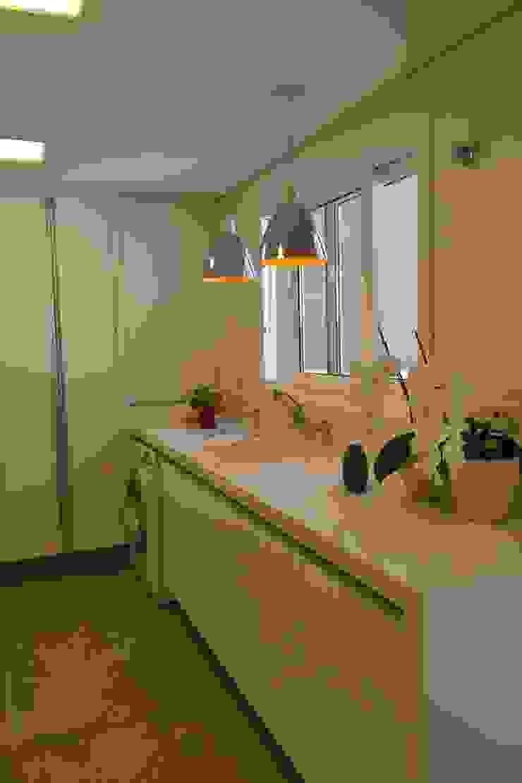 Modern kitchen by Karin Brenner Arquitetura e Engenharia Modern