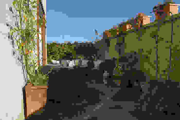 stile in bianco Balcone, Veranda & Terrazza in stile minimalista di studio ferlazzo natoli Minimalista