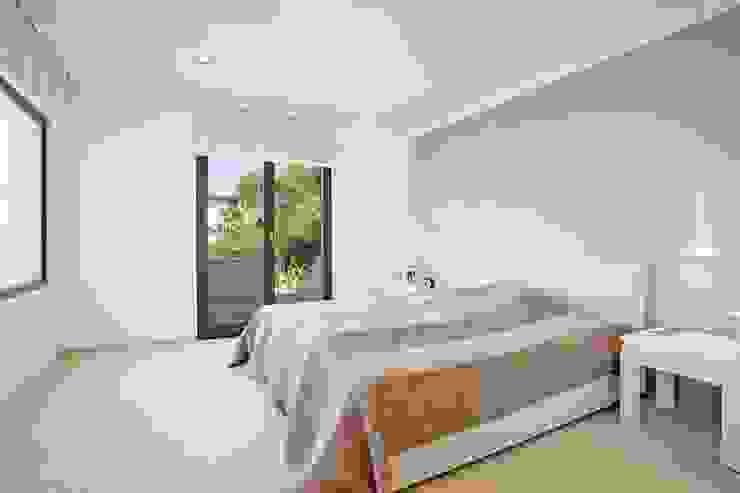 Camera da letto minimalista di ABAD Y COTONER, S.L. Minimalista
