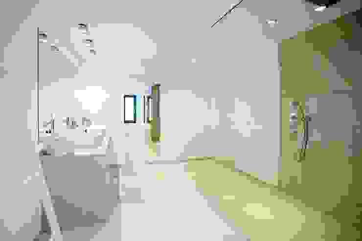 Bagno minimalista di ABAD Y COTONER, S.L. Minimalista