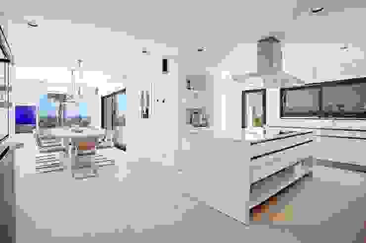 Cucina minimalista di ABAD Y COTONER, S.L. Minimalista