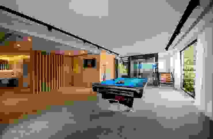 Phòng giải trí phong cách hiện đại bởi Eightytwo Pte Ltd Hiện đại