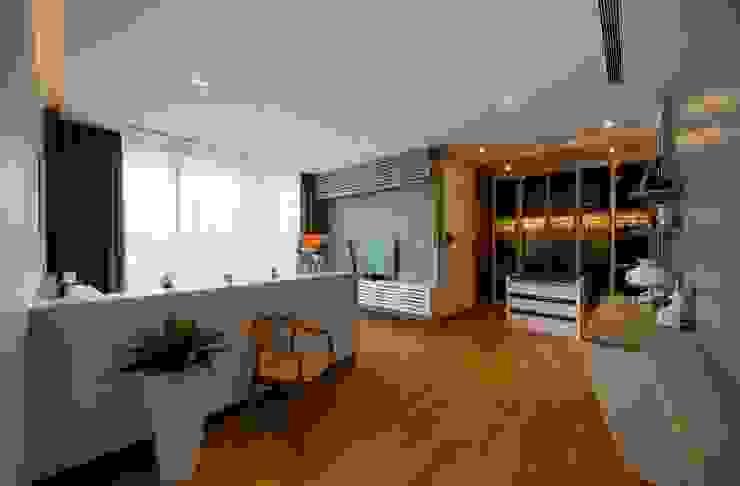 Phòng ngủ phong cách hiện đại bởi Eightytwo Pte Ltd Hiện đại