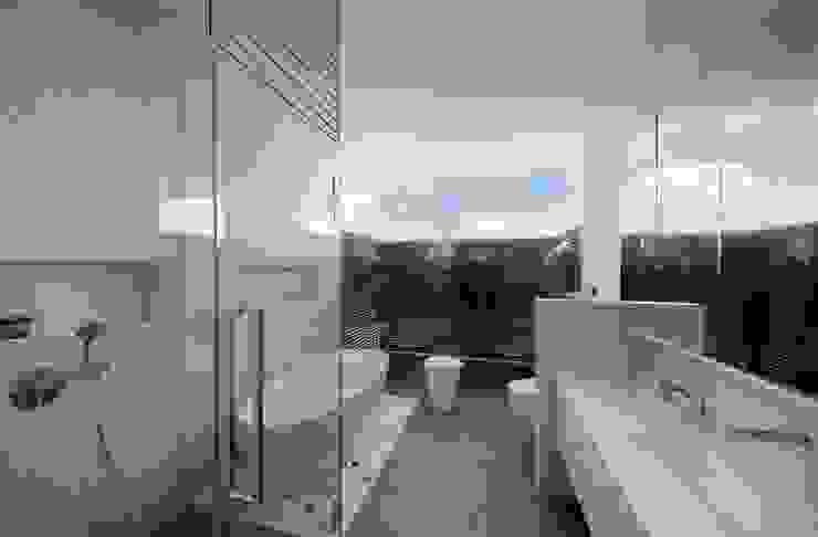 Phòng tắm phong cách hiện đại bởi Eightytwo Pte Ltd Hiện đại
