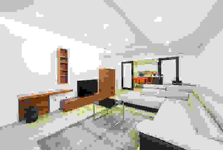 现代客厅設計點子、靈感 & 圖片 根據 Xavier Ávila arquitetos 現代風