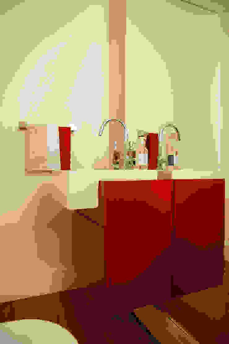 Modern bathroom by Nice De Cara Arquitetura Modern