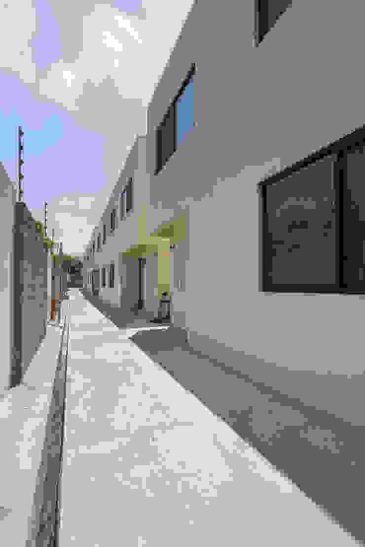 Cosmopolitan Cuernavaca Pasillos, vestíbulos y escaleras modernos de PHia Moderno