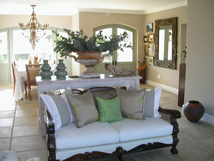 Lounge and entry foyer: classic  by Finely Found It Interiors, Classic Flax/Linen Pink