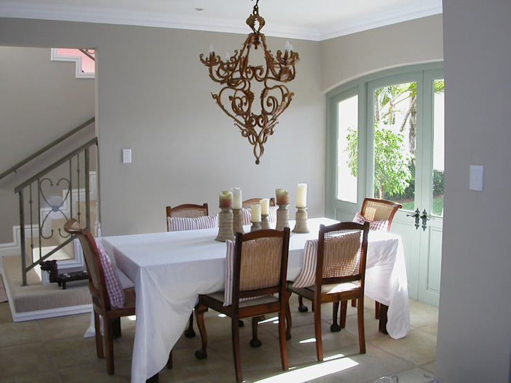 French style dining room.: classic  by Finely Found It Interiors, Classic Rattan/Wicker Turquoise